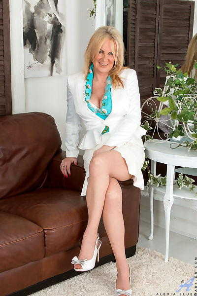 Mature mom with sexy legs in..